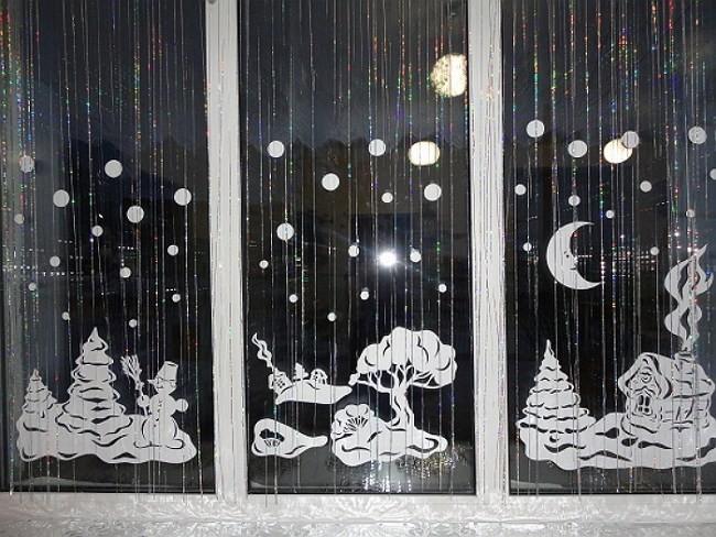 вытынанки на окне на новый год 2018